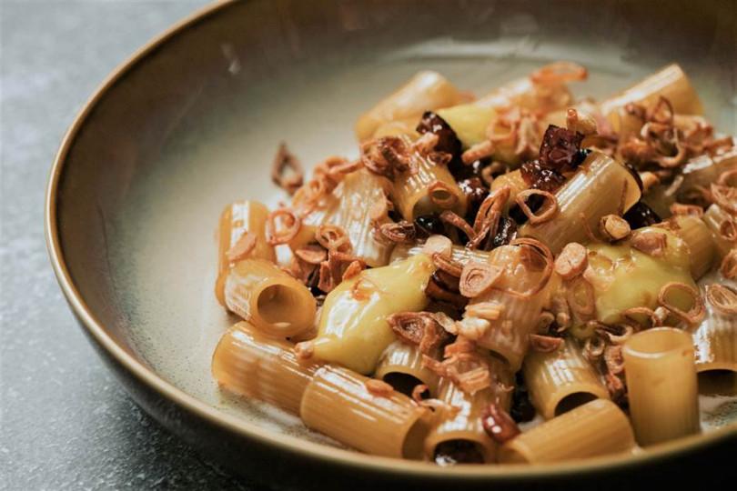 以義式經典的蛋黃麵「台式香腸奶油水管麵」卻以台式香腸取代西式培根。