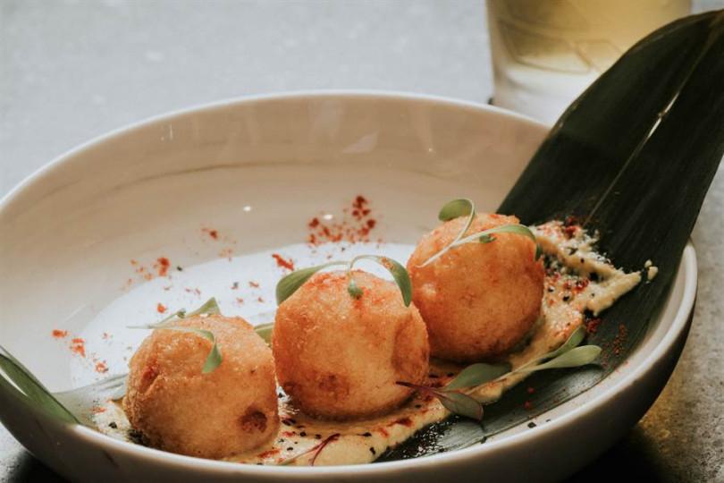發想自可樂餅的「日式洋芋樂餅佐祕魯特色醬料」配上多款大蒜、胡椒製成的辛香醬料。