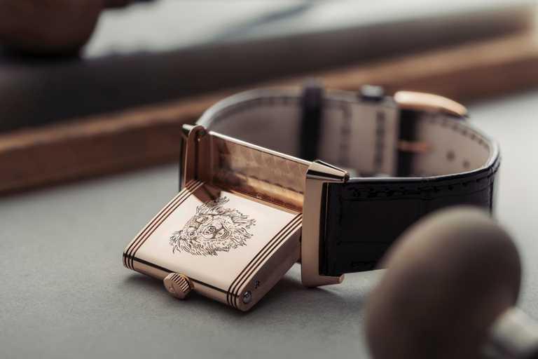 好萊塢女星亞曼達塞佛瑞(Amanda Seyfried)邀請JAEGER-LECOULTRE雕刻師在她的「Reverso Classic Medium Thin超薄翻轉」系列腕錶背面,寫實重現愛犬Finn的可愛容貌。(圖╱JAEGER-LECOULTRE提供)