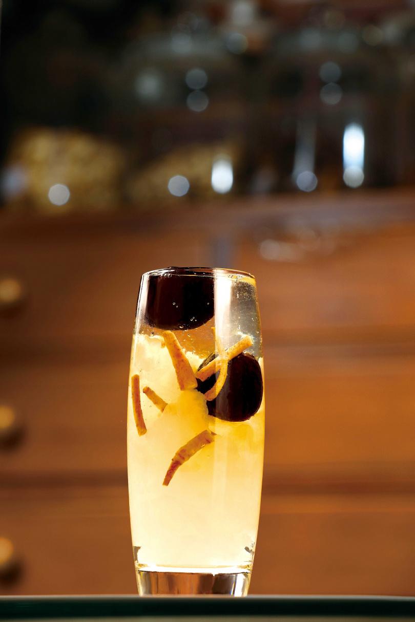 「燕窩粉光銀耳露」使用台灣銀耳、桃膠、粉光與紅棗熬煮2小時,每一口都喝得到滿滿的膠質。(120元/杯)(圖/于魯光攝)