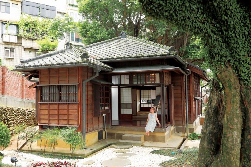 「多田榮吉故居」保留屋內的平竿緣天花板、屋頂的黑瓦及外牆雨淋板,為淡水少數完整留存的日式官舍。(圖/于魯光攝)