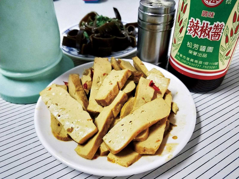 僅簡單爆香辣椒後,再浸潤的「豆干」,每桌都會點上一份。(20元)(圖/高靜玉攝)