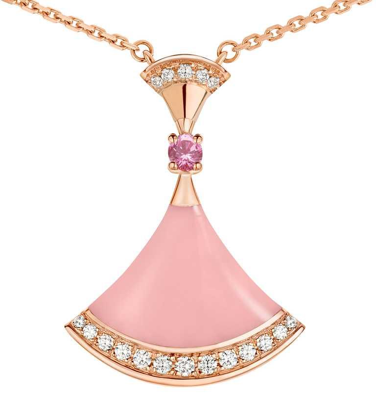 BVLGARI「Divas' Dream系列」七夕限定款玫瑰金項鍊,鑲嵌1顆0.14克拉圓形切割粉紅剛玉、總重約0.18克拉18顆圓形切割密鑲鑽石,與扇形切割粉紅蛋白石╱119,500元。(圖╱BVLGARI提供)