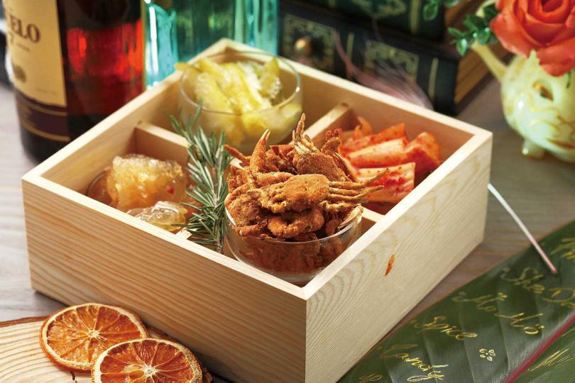 「酒友四宮格」能一次嘗到「麻油水母」、「韓式泡菜」、「情人果冰」等下酒好菜。(380元)(圖/于魯光攝)