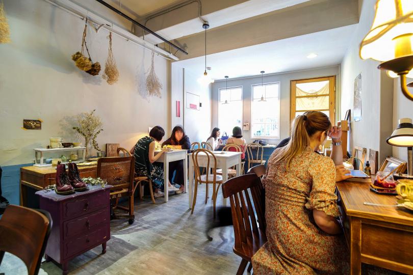 牆壁與各個角落以乾燥花與復古燈飾妝點,打造如回到家一般舒適空間。