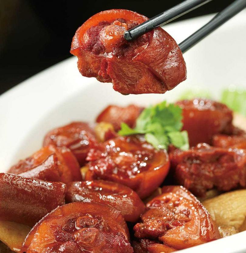 「栗子燒豬尾」的豬尾肉質香嫩Q彈,加入栗子與杏鮑菇,更養生健康。(680元)(圖/于魯光攝)