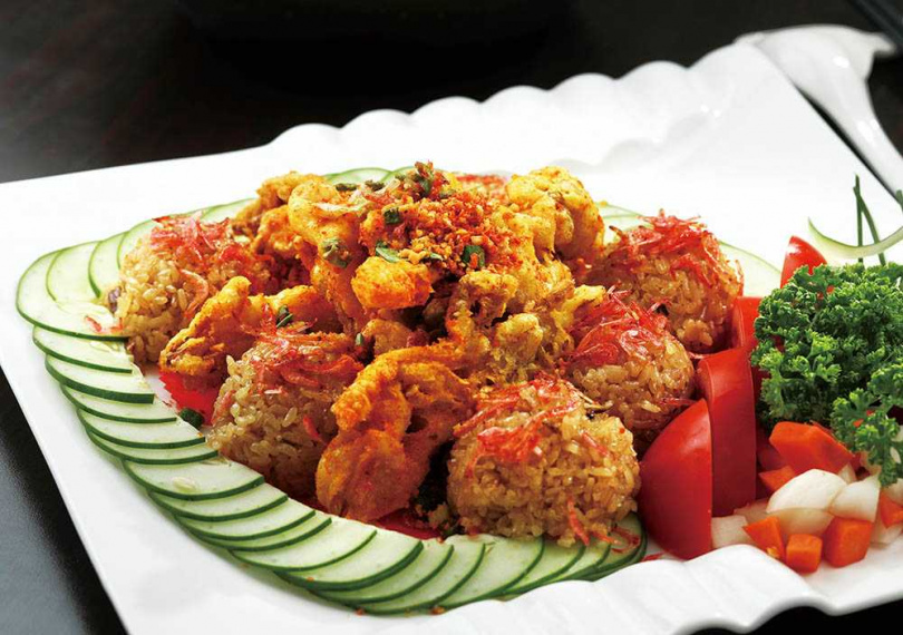 「十得小籠米糕」是傳統紅蟳米糕的改良版,特別將米糕做成球狀,搭配的是避風塘軟殼蟹。(840元)(圖/于魯光攝)