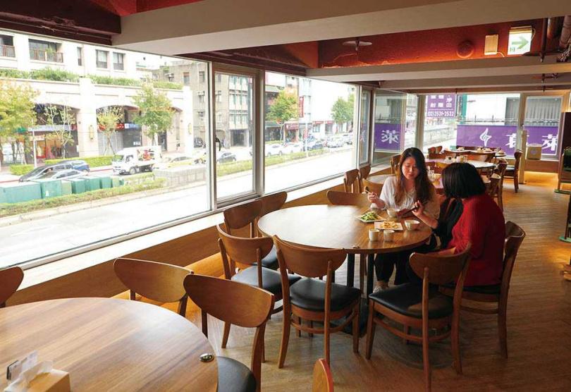 「十得私廚」用餐區以圓桌為主,透過超大片窗戶欣賞外面熙來攘往的街景。(圖/于魯光攝)