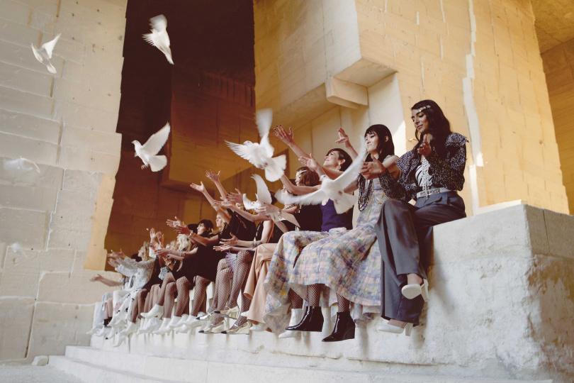 謝幕的時候,所有的模特兒有站有坐,模特兒手上拿著和平鴿,釋放和平鴿的意涵,似乎也有展願世界和平、疫情早日過去的寓意,讓大家備受感動。(圖/品牌提供)