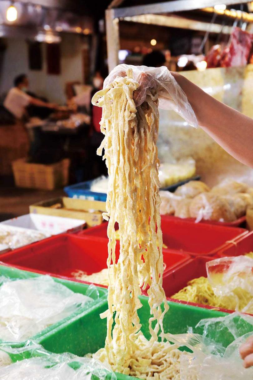 粗細不一的手工拉麵,也是曹師傅的招牌麵條。(30元/斤)(圖/于魯光攝)