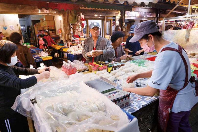 隱藏在大湳市場裡的「曹師傅麵食專賣店」是販售風飛麵的店家。(圖/于魯光攝)