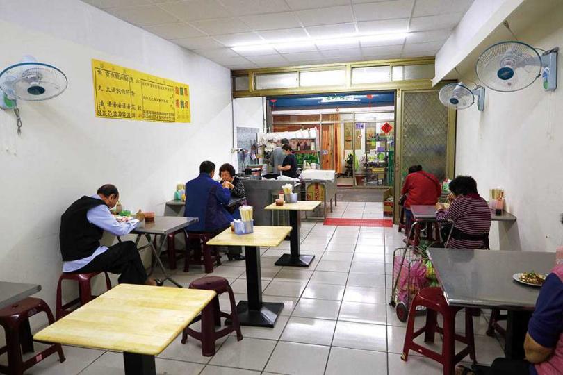 福州小吃店面簡潔乾淨,幾乎都是附近的在地人。(圖/于魯光攝)