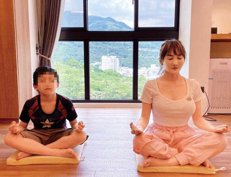 擔心兒女長時間上課而腰痠背痛,王宥忻會和兒女一起運動伸展筋骨。(圖/固力狗娛樂提供)