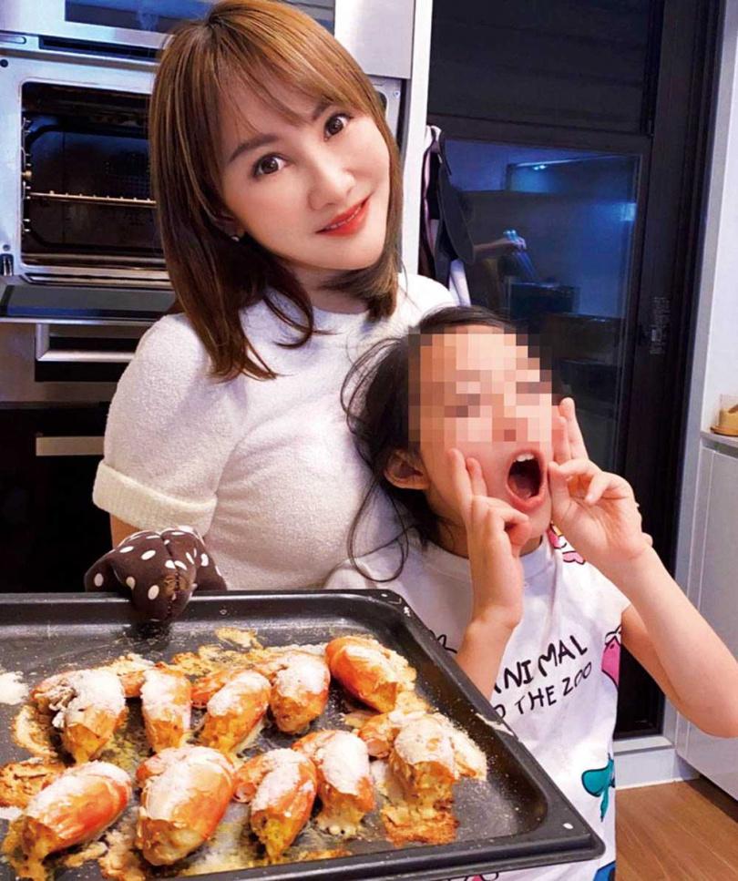 空閒時王宥忻會和兒女一同做些簡單的料理,增進親子關係。(圖/固力狗娛樂提供)