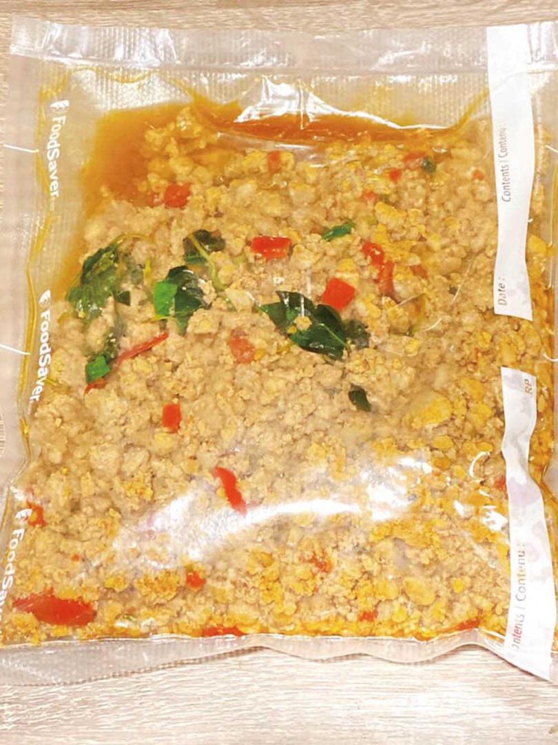 雖然餐飲事業受疫情影響,惟毅還是製作冷凍包並研發新菜色,讓熟客們依然能享受美食。(圖/翻攝自臉書)