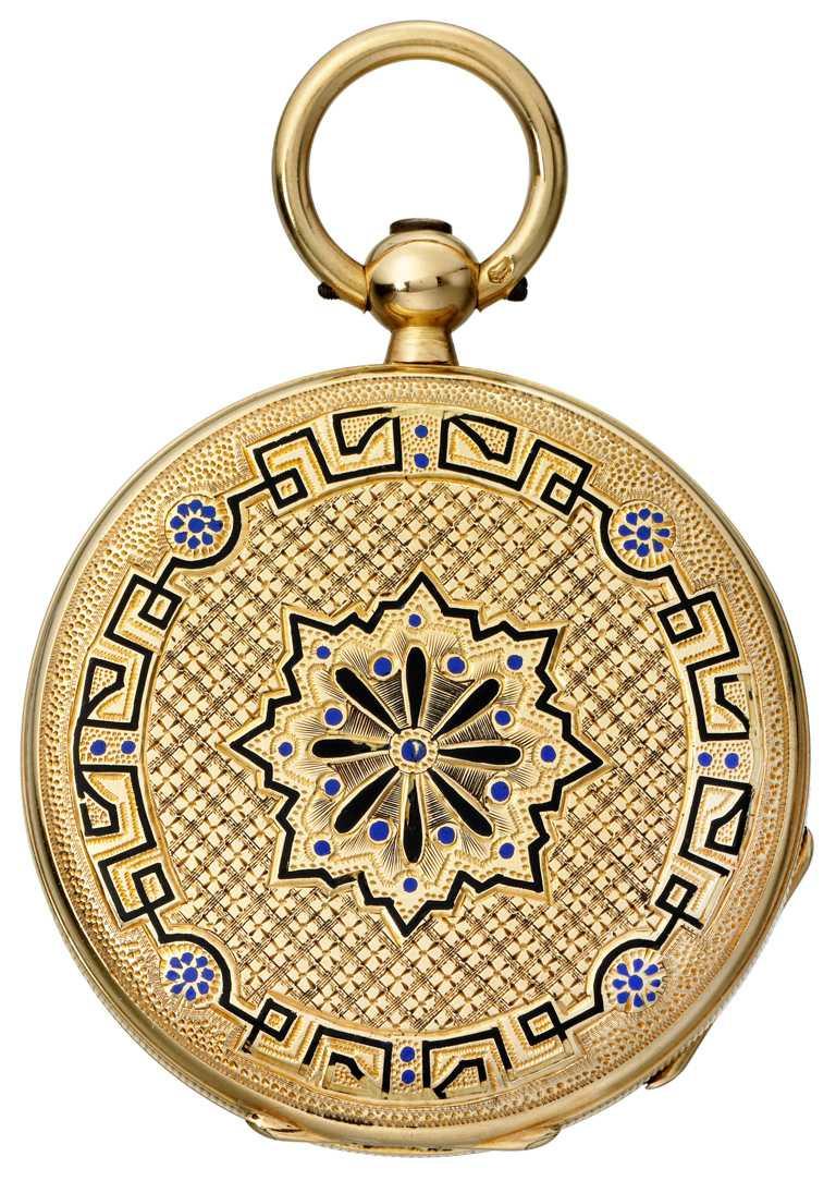 19世紀末,由PIAGET創始人親手製作、贈送給愛妻的黃金懷錶,背面綴有金雕紋飾、搭配琺瑯彩繪。(圖╱PIAGET提供)