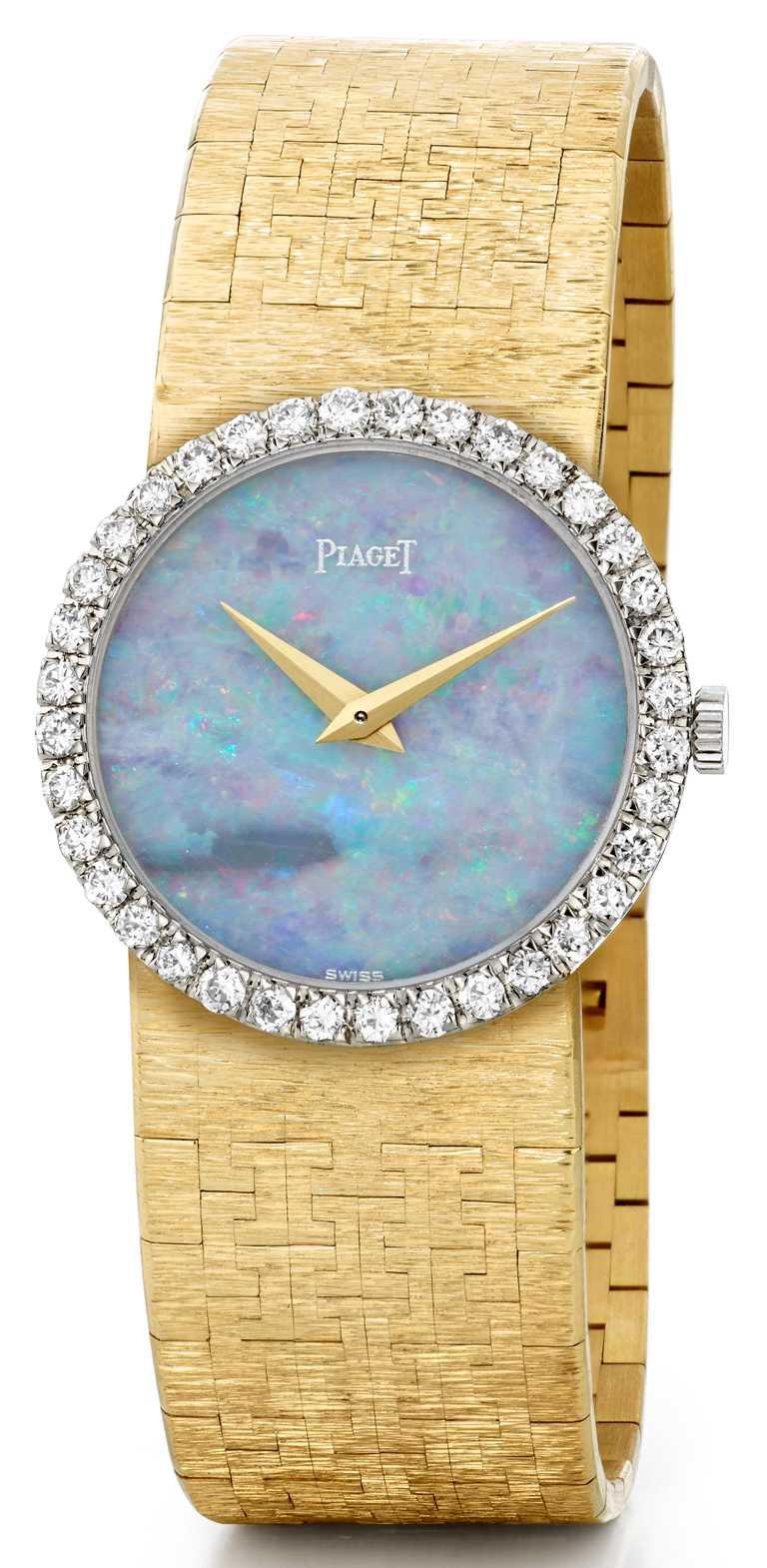 製作於1967年,曾為伊莉莎白泰勒收藏,黃K金錶殼、白K金錶圈,搭配蛋白石錶盤;搭載伯爵傳奇9P手動上鏈機芯,鑲嵌36顆總重約0.70克拉美鑽。(圖╱PIAGET提供)