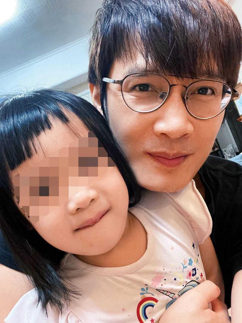 羅文裕常在臉書直播開唱,他的4歲半女兒「小鹿」,會不時地亂入和爸爸合唱。(圖/羅文裕提供)