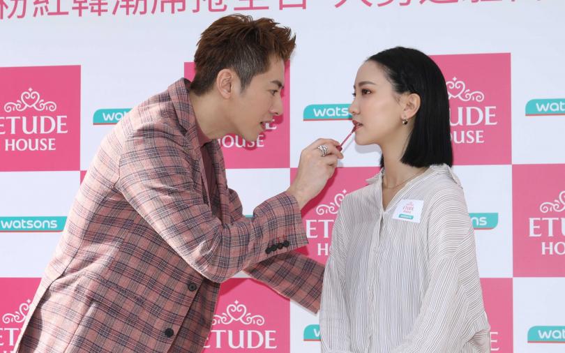 雖然李國毅笑說就算是戲劇老手的他要幫女生化妝還是很緊張,但若是挑禮物,小編覺得他可是很在行,哈哈。(圖/勝發攝)