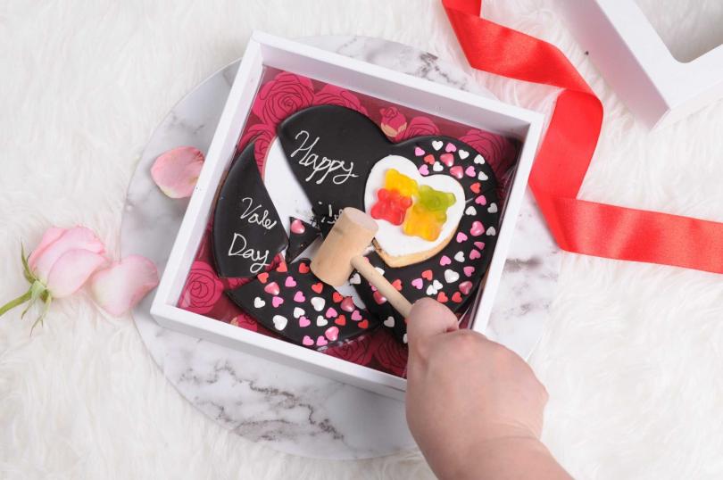 以敲敲槌輕敲巧克力,就可以看到藏在裡面的情話。(圖/Funsiamo提供)