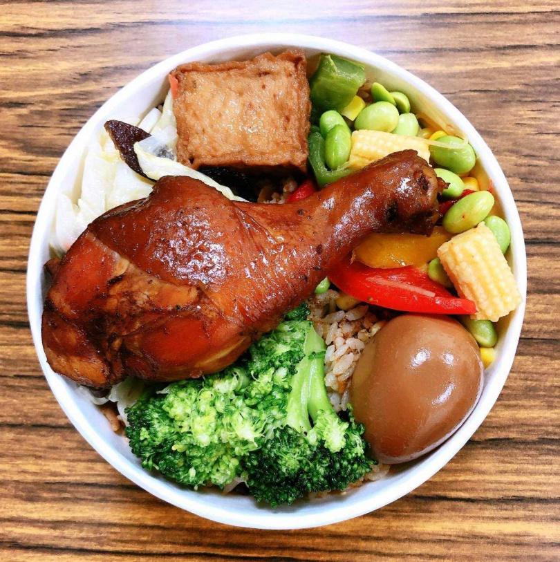 芋見元氣便當以南部辦桌必吃的油飯為主食構思主軸。(圖/臺灣鐵路管理局)