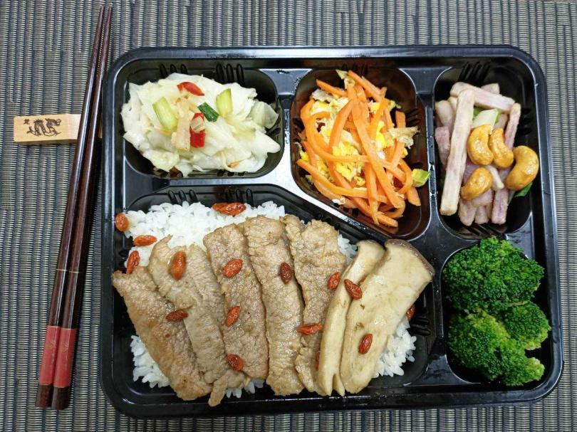 麻油松阪豬便當以口感極佳的松阪豬肉,與象徵媽媽味的簡單暖胃食材。(圖/臺灣鐵路管理局)