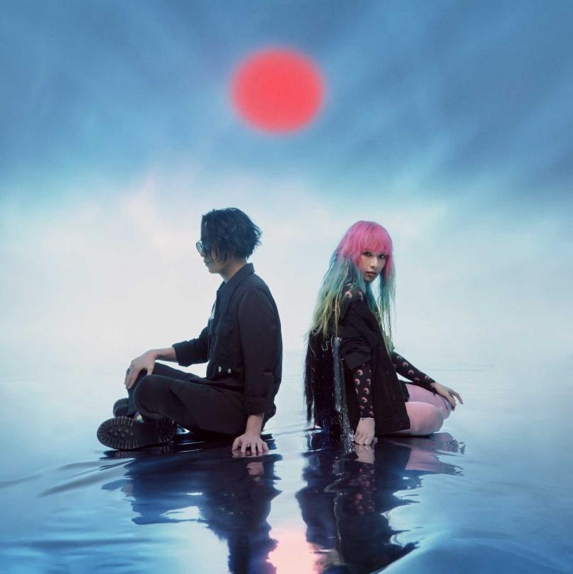 原子邦妮新歌MV以動畫融合實景,充滿「賽博龐克」風格。(圖/滾石唱片提供)