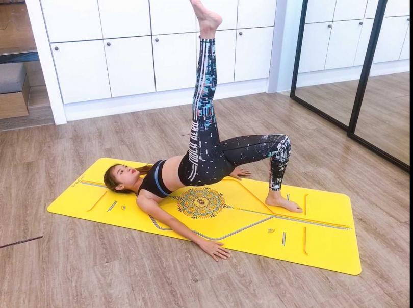 STEP3STEP2躺在地板上做橋式,把單腳往上左腳踩穩,右腳提起來之後,臀部坐下再上,訓練單腿後側和臀部深層。(圖/黃筱婷攝影)