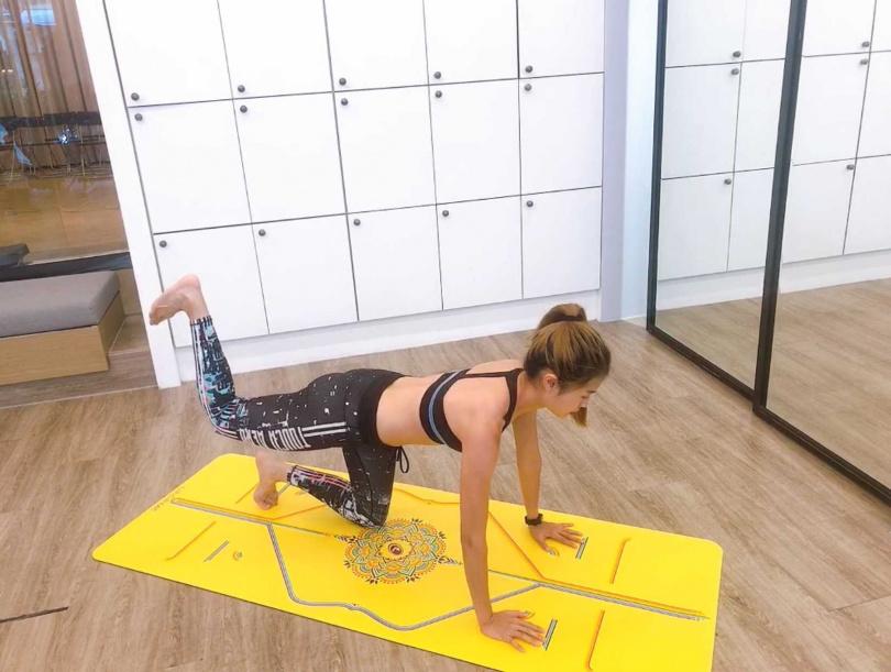 徒手四肢跪姿後,單腳勾起,然後朝天花板蹬做深層臀中肌的刺激,讓你訓練蜜大臀!(圖/黃筱婷攝影)