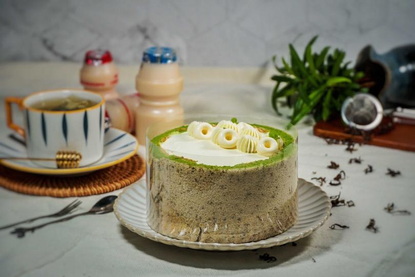 「綠茶多多」蛋糕體以現泡茶葉融入在戚風蛋糕中,中心擠入以日本綠茶加抹茶搭配奶油製成奶霜,夾層則選用綠茶茶凍及益生菌十足的奶凍,加強口感及風味,最後再將多多慕斯凍做成甜甜圈造型裝飾。(圖片提供/MJ Handmade Patisserie微甜室)