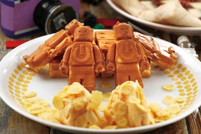 現點現做的「超人氣樂高人偶雞蛋糕」,外酥內軟、麵香與蛋香誘人。(150元)(圖/于魯光攝)