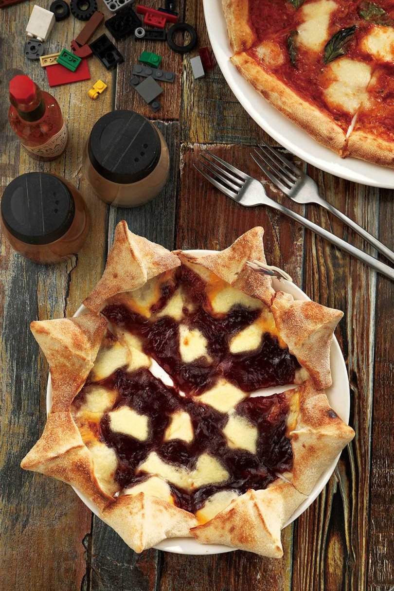 飛鏢造型的「Friend紅—草莓起司三重奏」,上鋪草莓果醬、切達與馬札瑞拉起司,鹹香涮嘴。(260元)(圖/于魯光攝)