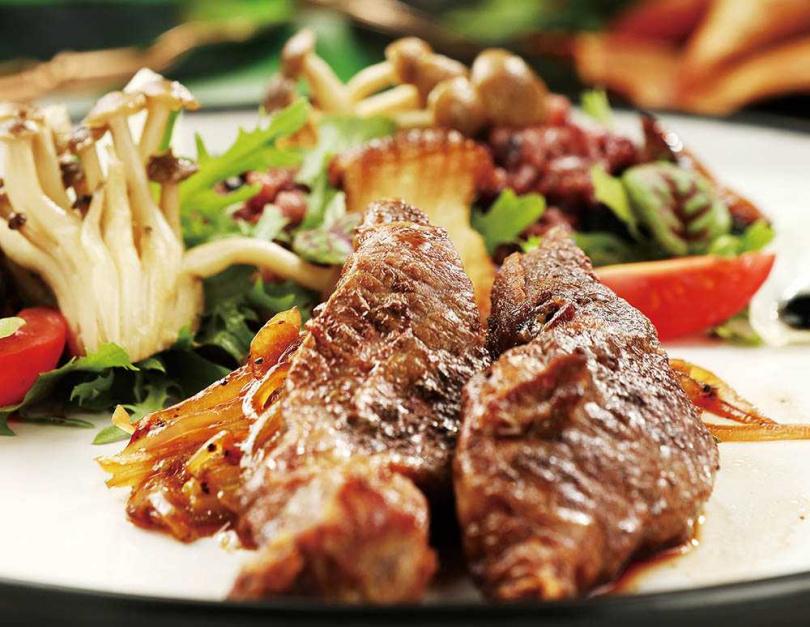 「多金牛小排」除了用蔥爆牛肉醬汁搭配美國Prime牛小排,還將黑蒜拌入紫米飯中,大玩Fusion。(580元)(圖/于魯光攝)