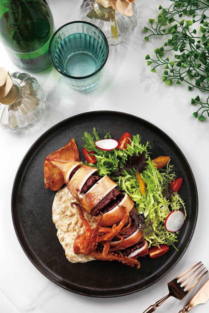 「蒜辣奶油烏賊鑲飯」嘗來烏賊脆口、米飯扎實,帶點辛辣的蒜味奶油醬,更讓人胃口大開。(420元)(圖/于魯光攝)