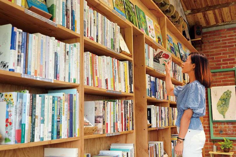 店家撿拾舊木DIY製成的書架,讓整個空間充滿手作的溫度感。(圖/于魯光攝)