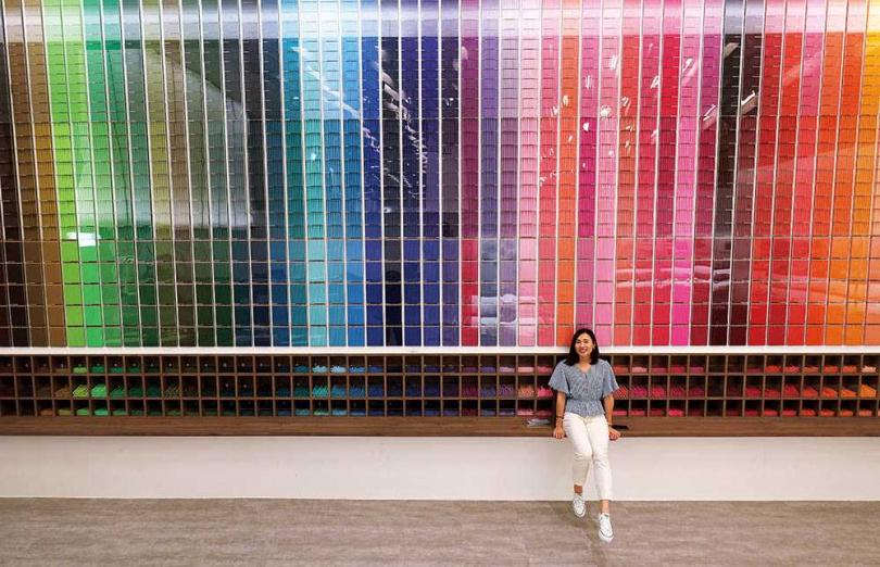 兩層樓高的「60色色彩牆」,氣勢驚人。(圖/于魯光攝)