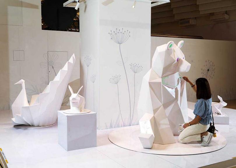 在「創意體驗」區裡,舉目所及皆是可以盡情揮灑的畫紙!(圖/于魯光攝)