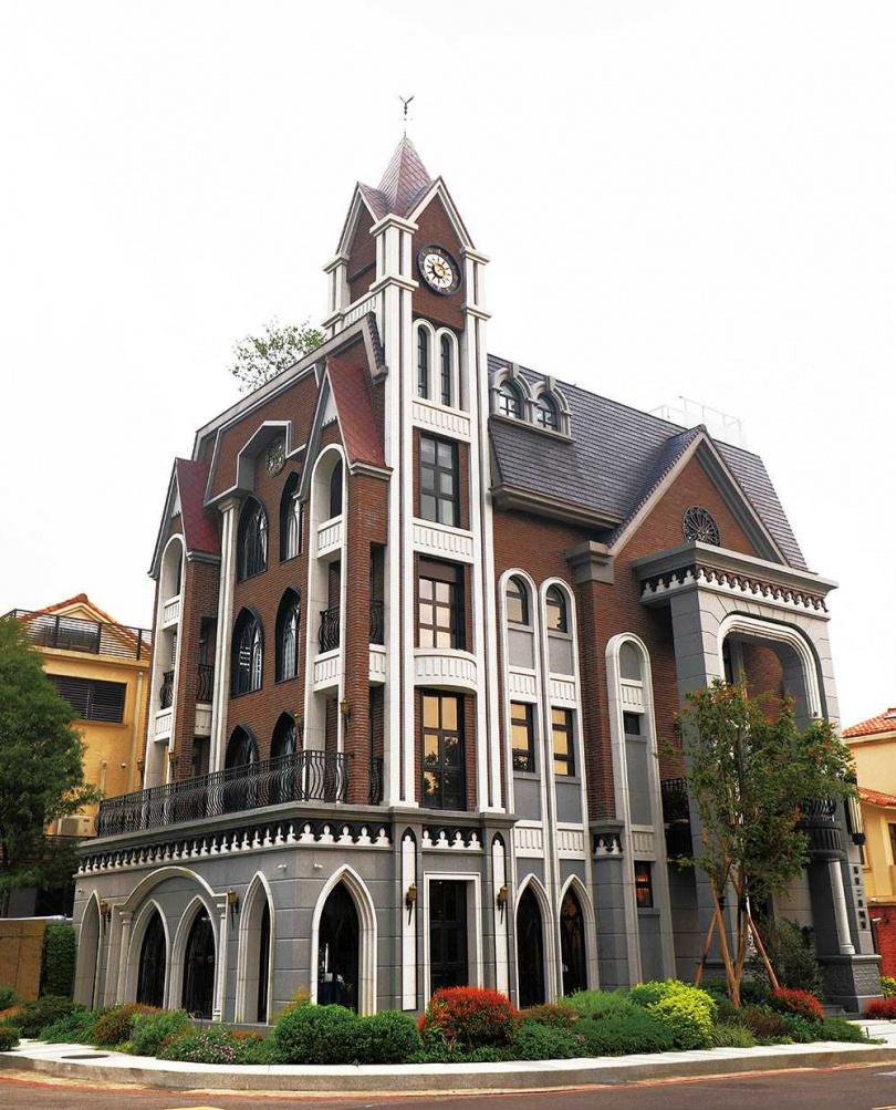 歐式城堡般的尖頂建築,讓「邸家咖啡Deja Brew」充滿異國風情。(圖/于魯光攝)