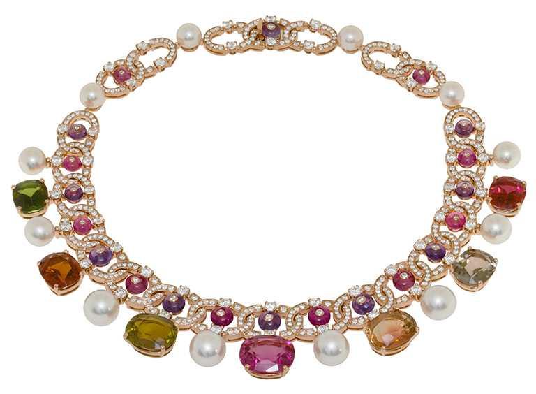 BVLGARI「CINEMAGIA」系列,頂級彩寶項鍊╱7顆枕形切割彩色碧璽、珍珠、紫水晶圓珠、粉紅碧璽與密鑲鑽石。(圖╱BVLGARI提供)