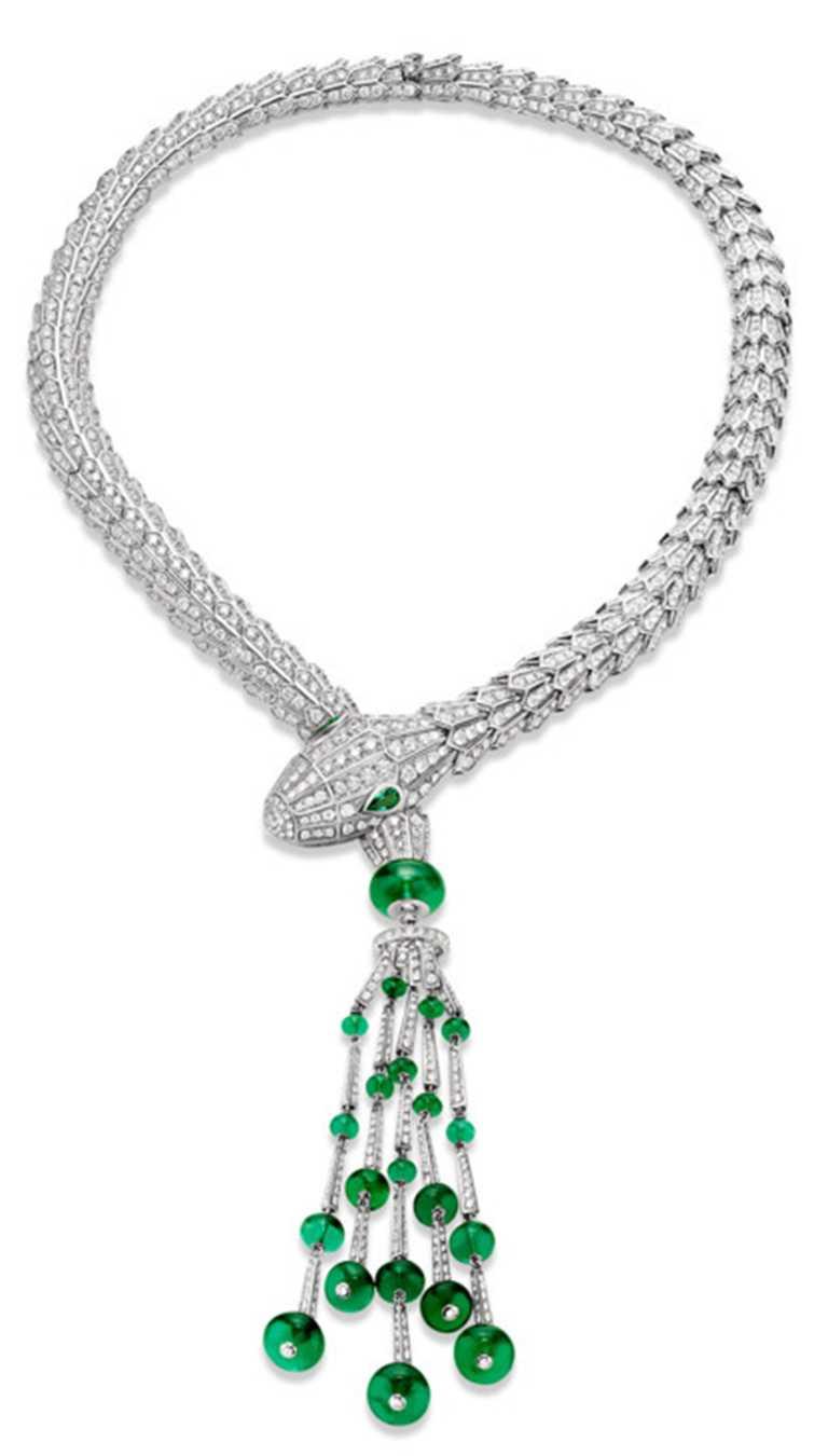 BVLGARI「Serpenti」系列,頂級祖母綠與鑽石項鍊╱2顆梨形切割祖母綠鑲嵌於蛇眼、21顆祖母綠圓珠與密鑲鑽石。(圖╱BVLGARI提供)