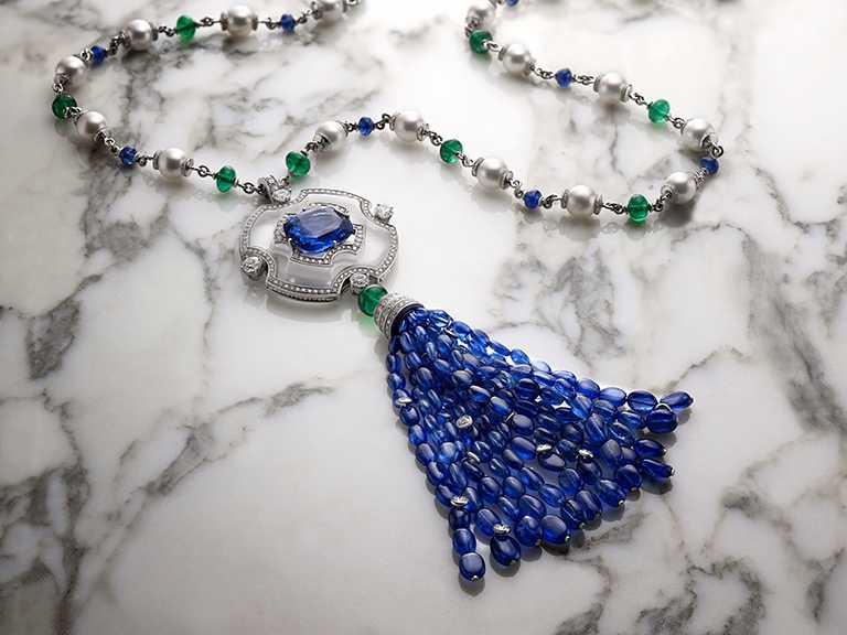 BVLGARI頂級藍寶石、祖母綠與鑽石項鍊╱斯里蘭卡藍寶石、Akoya珍珠、祖母綠圓珠、藍寶石圓珠、圓形明亮切割鑽石與密鑲鑽石。(圖╱BVLGARI提供)