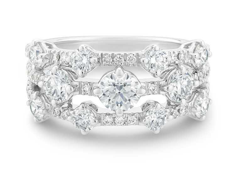 DE BEERS「Arpeggia」白金三行鑽石戒指╱441,000元。(圖╱DE BEERS提供)