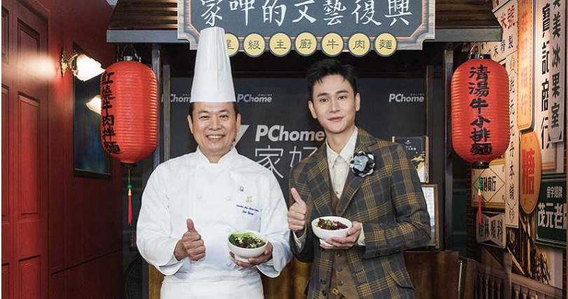 主廚楊光宗於限定店開幕現場,示範三步驟就能做出美味的星級主廚牛肉麵。(圖/家呷的文藝復興)