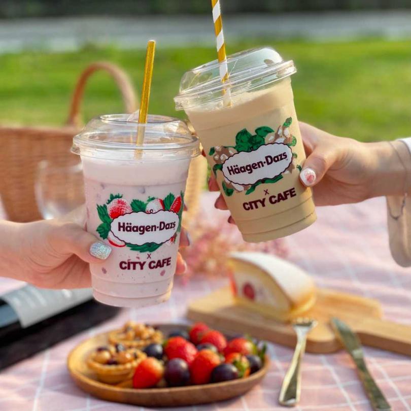 莓好拿鐵冰沙(左)、果仁咖啡冰沙。(圖/7-ELEVEN提供)