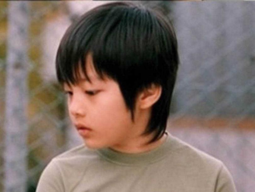 童星出身的呂珍九,2006年曾在電影《沒禮貌的傢伙們》中飾演申河均的童年時期。(圖/friDay影音提供)