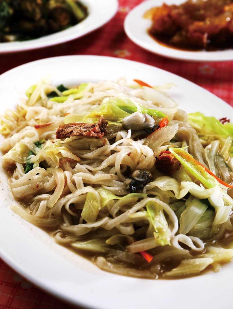 洋蔥、鮮蝦、蚵仔一起快炒的「手工魚麵」,風味清爽甘甜。(二五〇元)(圖/于魯光攝)