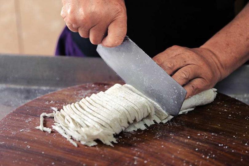 以鰻魚肉和魚漿手工製作的魚麵,放置一晚後,下鍋前才現切。(圖/于魯光攝)