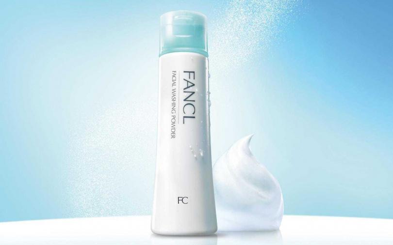 FANCL的「淨膚柔滑潔顏粉」與肌膚同樣呈弱酸性、無添加防腐劑,能去除老廢角質與多餘油脂,並在清潔同時保有肌膚原有的天然保濕因子,賦予真正溫和潔淨的潔膚體驗。(圖/品牌提供)