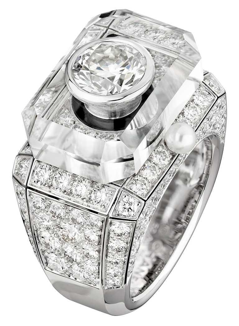 CHANEL「N°5」系列頂級珠寶,「Diamond Stopper」戒指,18K黃金及鉑金鑲嵌鑽石及瑪瑙、1顆重約5.21克拉D-IF祖母綠形切割鑽石╱36,957,000元。(圖╱CHANEL提供)