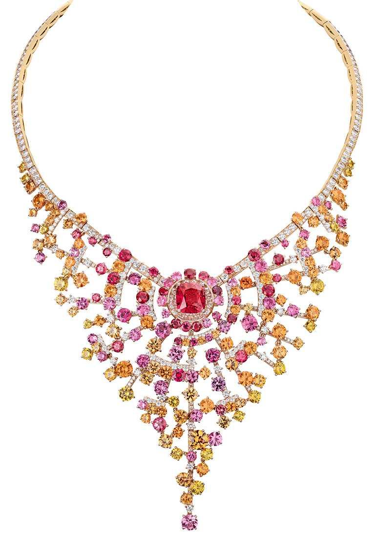 CHANEL「N°5」系列頂級珠寶,「Blushing Sillage」項鍊,18K粉紅金鑲嵌鑽石、紅寶石、尖晶石、石榴石及黃色藍寶石,及1顆重約4.37克拉枕形切割尖晶石╱14,937,000元。(圖╱CHANEL提供)